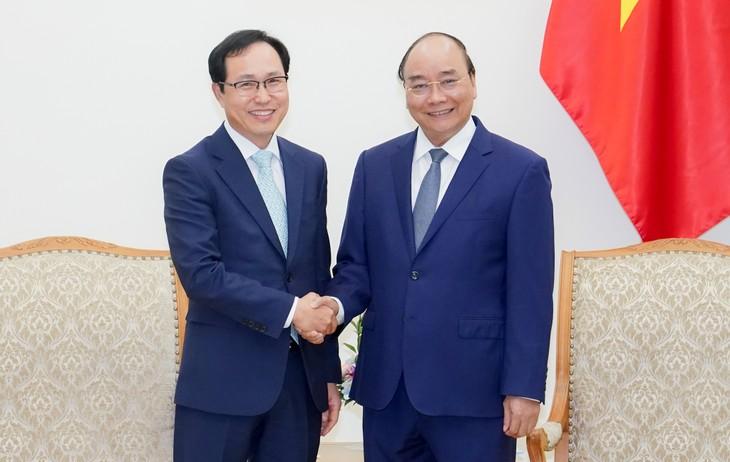 Нгуен Суан Фук принял генерального директора компании «Самсунг» во Вьетнаме Чхве Джу Хо - ảnh 1