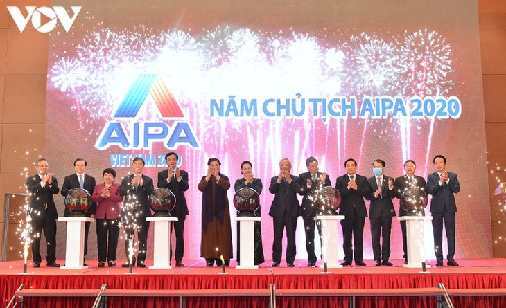 Председатель Нацсобрания Вьетнама приняла участие в церемонии презентации информационного портала, мобильного приложения и набора идентификаторов АИПА 2020 - ảnh 1