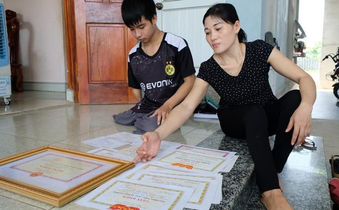 Сказка в реальной жизни: как Нго Минь Хиеу 10 лет носил друга в школу на спине - ảnh 2