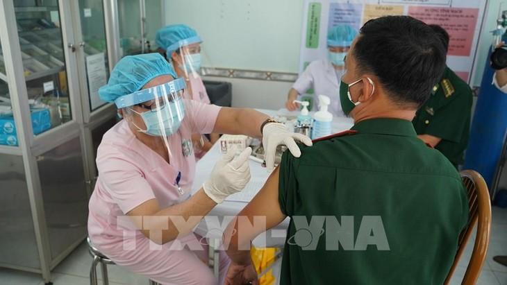 Во Вьетнаме сделали прививку от коронавируса почти 107 тыс. человек - ảnh 1