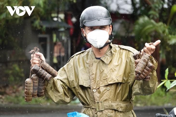 О молодом Нгуен Зуй Ане, который добровольно поддерживает людей, находящихся в трудных жизненных обстоятельствах во время эпидемии - ảnh 1