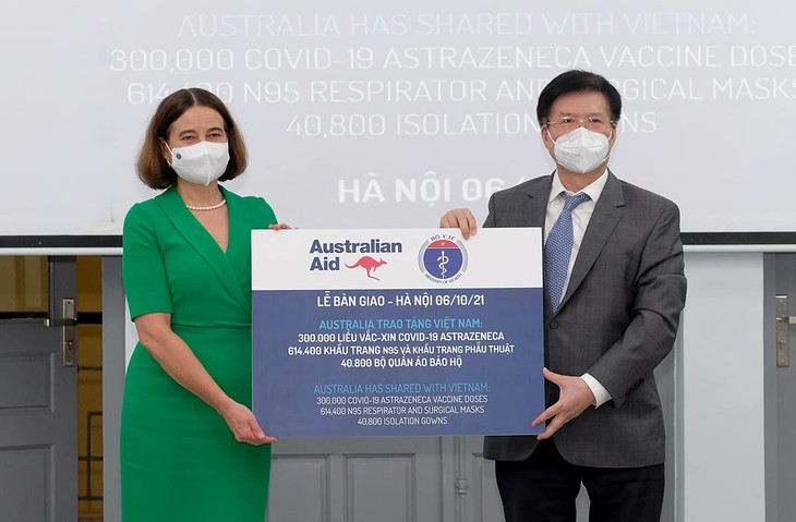 Минздрав принял 300 тысяч доз вакцины от COVID-19 и медицинское оборудование от Австралии - ảnh 1