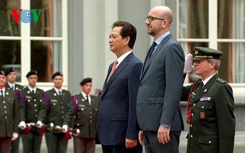 Thủ tướng Nguyễn Tấn Dũng hội đàm với tân Thủ tướng Vương quốc Bỉ Charles Michel - ảnh 2