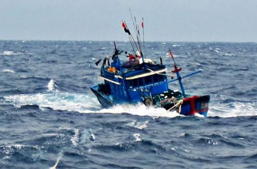 Trao quà hỗ trợ ngư dân gặp nạn tại vùng biển Hoàng Sa  - ảnh 1