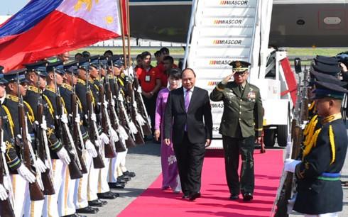 Thủ tướng đến Philippines bắt đầu chuyến tham dự Hội nghị cấp cao ASEAN lần thứ 30 - ảnh 1