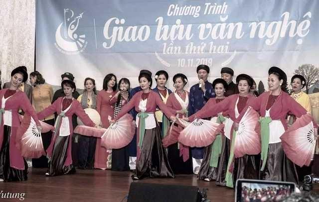 Biểu diễn trang phục truyền thống Việt Nam và Tiếng hát quê hương tại CHLB Đức - ảnh 1
