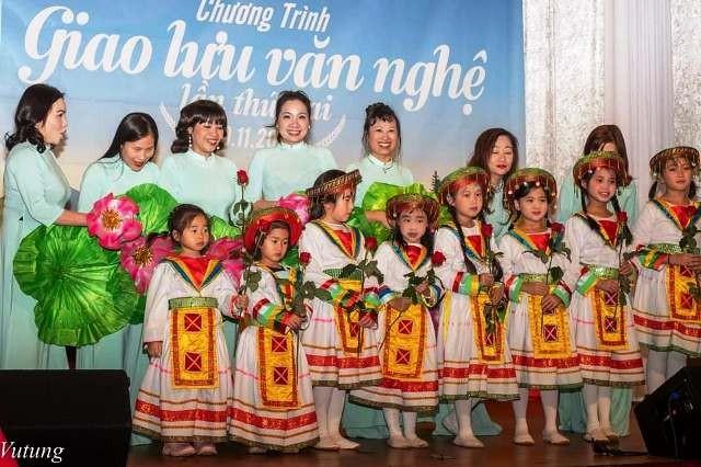 Biểu diễn trang phục truyền thống Việt Nam và Tiếng hát quê hương tại CHLB Đức - ảnh 4