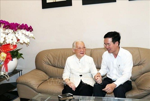 Trưởng ban Ban Tuyên giáo Trung ương Võ Văn Thưởng thăm Anh hùng Lao động, Thầy thuốc Nhân dân Đoàn Thúy Ba - ảnh 1
