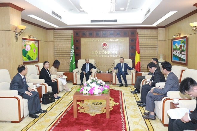 Bộ trưởng Bộ Công an Việt Nam Tô Lâm tiếp Đại sứ Vương quốc Ả-rập Xê-út tại Việt Nam Saud F.M. Alsuwelim - ảnh 1