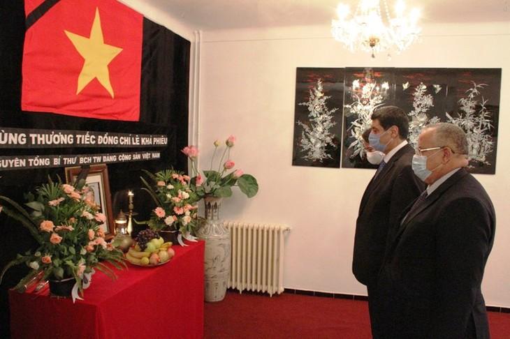 Bộ trưởng Bộ Cựu chiến binh Algeria Tayeb Zitouni viếng và ghi Sổ tang tưởng nhớ nguyên Tổng Bí thư Lê Khả Phiêu - ảnh 1