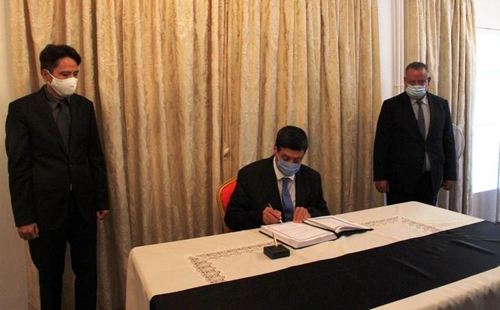 Bộ trưởng Bộ Cựu chiến binh Algeria Tayeb Zitouni viếng và ghi Sổ tang tưởng nhớ nguyên Tổng Bí thư Lê Khả Phiêu - ảnh 2