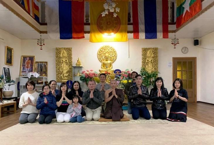 Cộng đồng người Việt Nam tại Saint Petersburg tặng Quốc kỳ cho chùa Buddavihara - ảnh 1