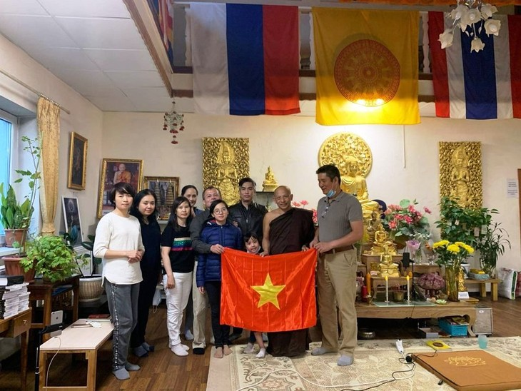 Cộng đồng người Việt Nam tại Saint Petersburg tặng Quốc kỳ cho chùa Buddavihara - ảnh 2
