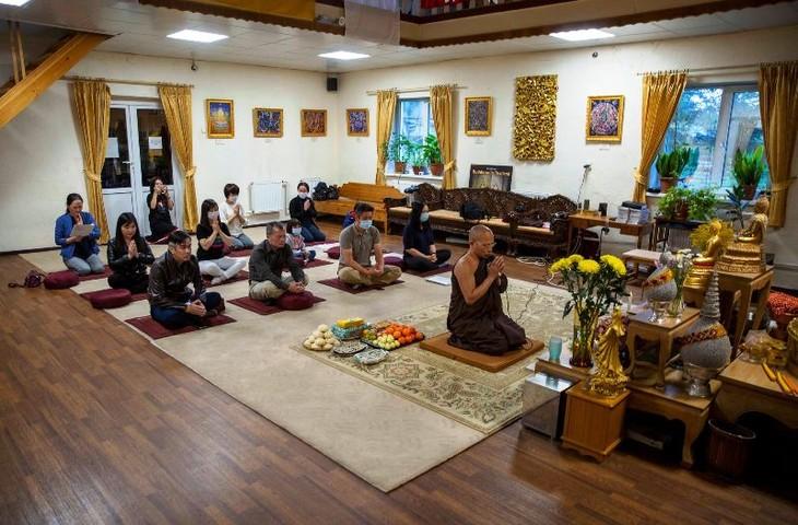 Cộng đồng người Việt Nam tại Saint Petersburg tặng Quốc kỳ cho chùa Buddavihara - ảnh 3
