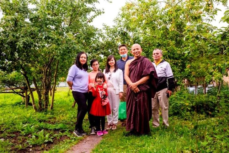 Cộng đồng người Việt Nam tại Saint Petersburg tặng Quốc kỳ cho chùa Buddavihara - ảnh 4