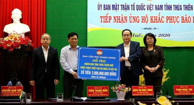 Ủy ban Trung ương Mặt trận Tổ quốc Việt Nam trao 2 tỉ đồng ủng hộ khắc phục bão, lũ tại tỉnh Thừa Thiên Huế - ảnh 1