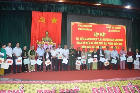 Tỉnh Quảng Nam gặp mặt, trao quà cho Mẹ Việt Nam Anh hùng và gia đình liệt sĩ - ảnh 1