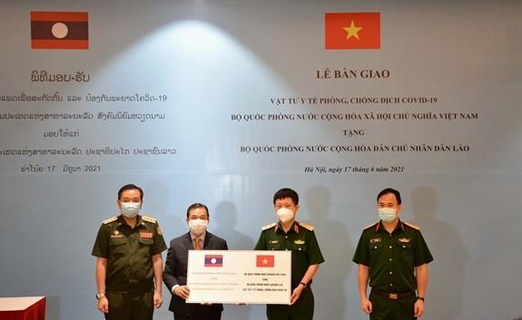 Bộ Quốc phòng Việt Nam trao vật tư y tế tặng Bộ Quốc phòng Lào - ảnh 1