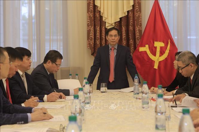 Bộ trưởng Ngoại giao Bùi Thanh Sơn gặp gỡ đại diện cộng đồng người Việt Nam tại Nga - ảnh 1