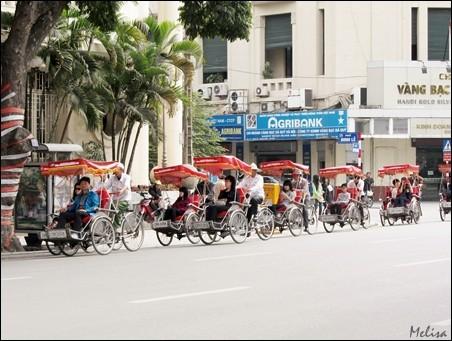 Suasana di sekitar Danau Hoan Kiem di kota Hanoi - ảnh 2