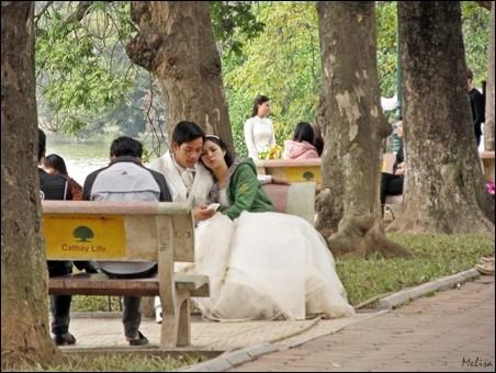 Suasana di sekitar Danau Hoan Kiem di kota Hanoi - ảnh 6