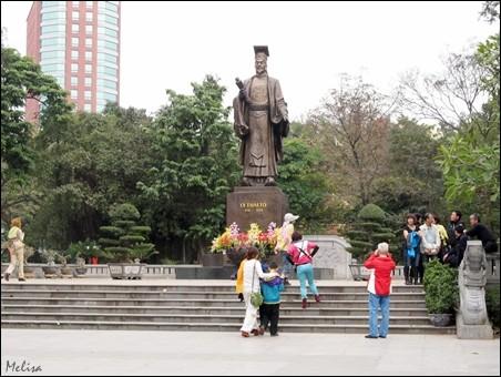 Suasana di sekitar Danau Hoan Kiem di kota Hanoi - ảnh 9