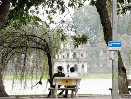 Suasana di sekitar Danau Hoan Kiem di kota Hanoi - ảnh 7