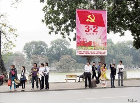 Suasana di sekitar Danau Hoan Kiem di kota Hanoi - ảnh 8