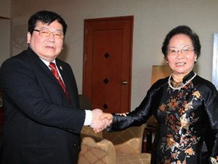 Wakil Presiden Nguyen Thi Doan menerima Senator Thailand Prasert Prakoonsuksapan - ảnh 1