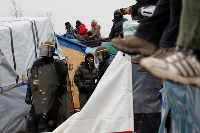 Perancis terus membubarkan kemah ilegal di pelabuhan Calais - ảnh 1