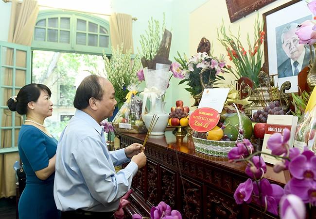 PM Nguyen Xuan Phuc membakar hio mengenangkan almarhum Sekjen Le Duan - ảnh 1