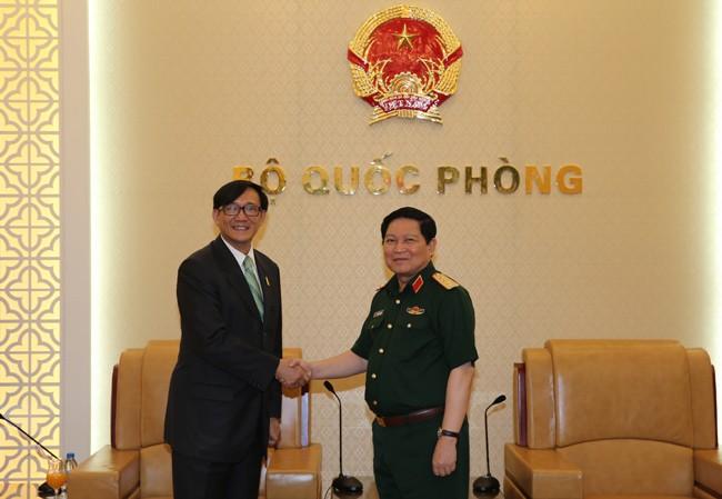 Menteri Pertahanan Vietnam, Ngo Xuan Lich menerima Dubes Thailand dan Dubes Singapura - ảnh 1