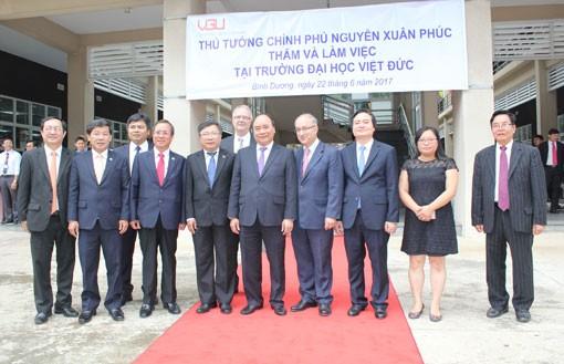 PM Nguyen Xuan Phuc memberikan sasaran tentang target perkembangan baru kepada Universitas Vietnam-Jerman - ảnh 1