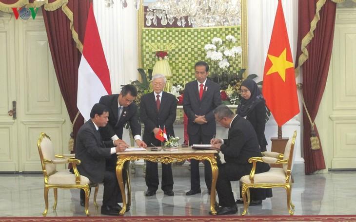 Presiden Indonesia, Joko Widodo memimpin upacara penyambutan resmi untuk Sekjen Nguyen Phu Trong - ảnh 9