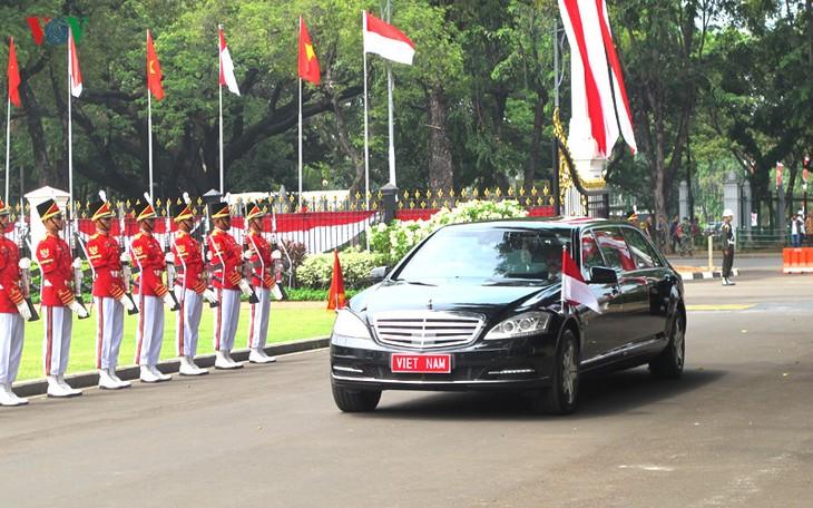 Presiden Indonesia, Joko Widodo memimpin upacara penyambutan resmi untuk Sekjen Nguyen Phu Trong - ảnh 1