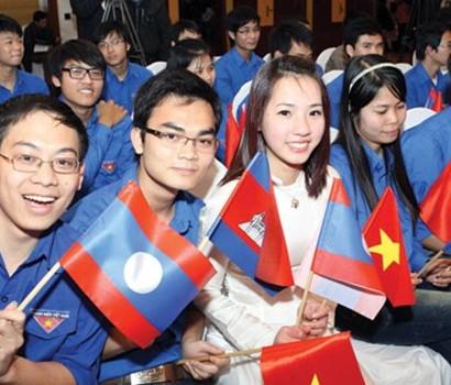 Wakil pemuda tiga negara Vietnam-Laos dan Kamboja membahas solusi memperkuat  hubungan  - ảnh 1