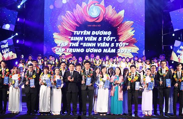 """Provinsi Nghe An memuji """"Mahasiswa lima baik"""" dan memberikan hadiah """"Bintang bulan Januari"""