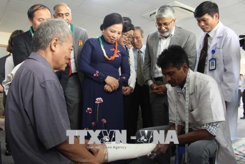 India memberikan bantuan untuk memasang kaki palsu gratis kepada penyandang cacad Propinsi Vinh Phuc - ảnh 1