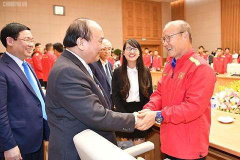 PM Nguyen Xuan Phuc melakukan pertemuan dengan timnas sepak bola laki-laki Vietnam - ảnh 1