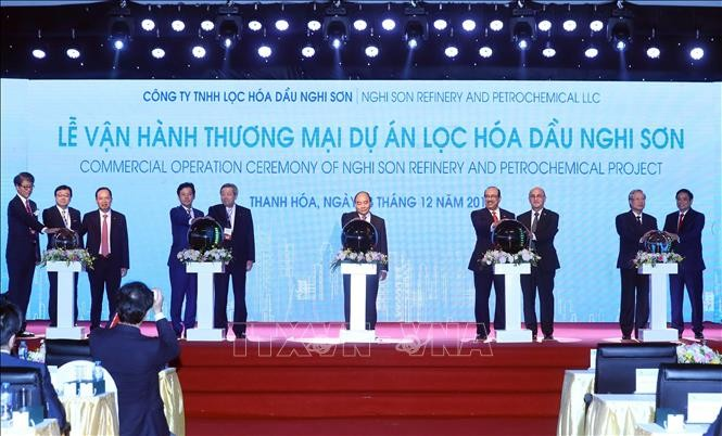 PM Vietnam, Nguyen Xuan Phuc menghadiri acara pengoperasian secara komersial Proyek Kilang Petrokimia Nghi Son, Propinsi Thanh Hoa - ảnh 1