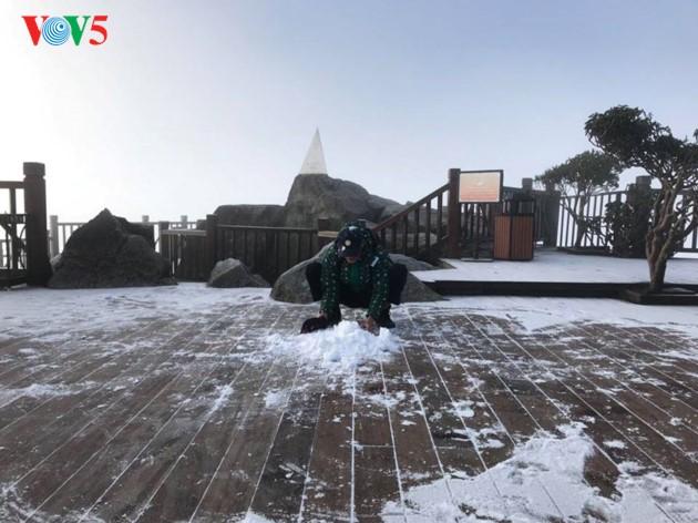 Salju menutupi puncak Fansipan  - ảnh 4
