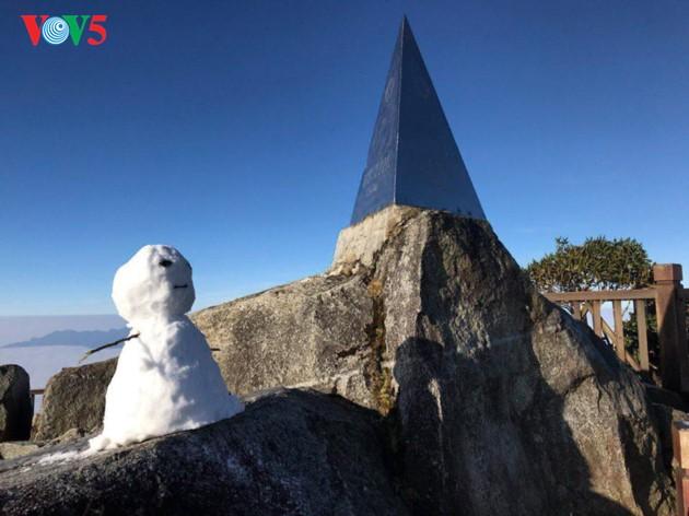 Salju menutupi puncak Fansipan  - ảnh 3
