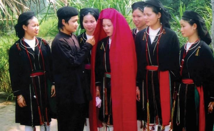 Upacara mengunduh mantu  dari warga etnis minorits San Diu - ảnh 1