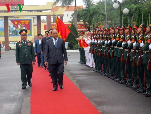 Prime Minister Nguyen Xuan Phuc visits Military Zone 5 High Command  - ảnh 1