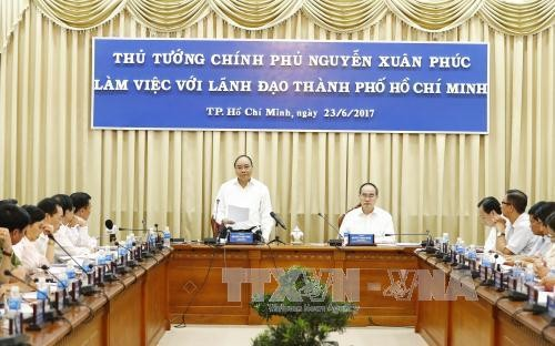 Prime Minister works with Ho Chi Minh City leaders - ảnh 1