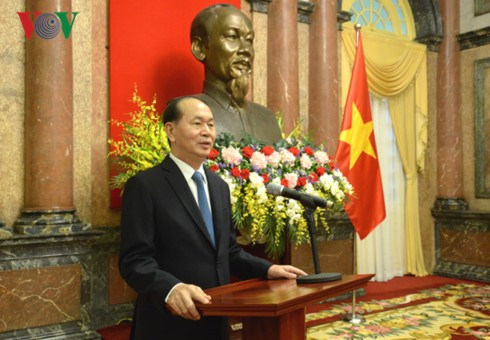 President presents ambassadorial title to diplomats  - ảnh 1