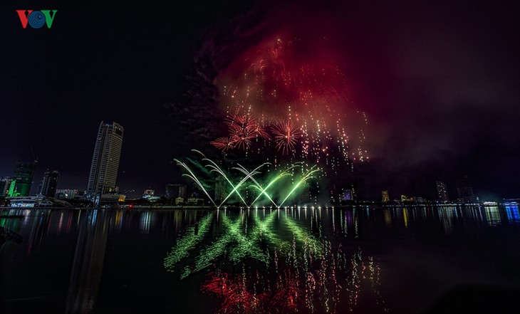 Visitors to Danang treated to spectacular fireworks displays - ảnh 3