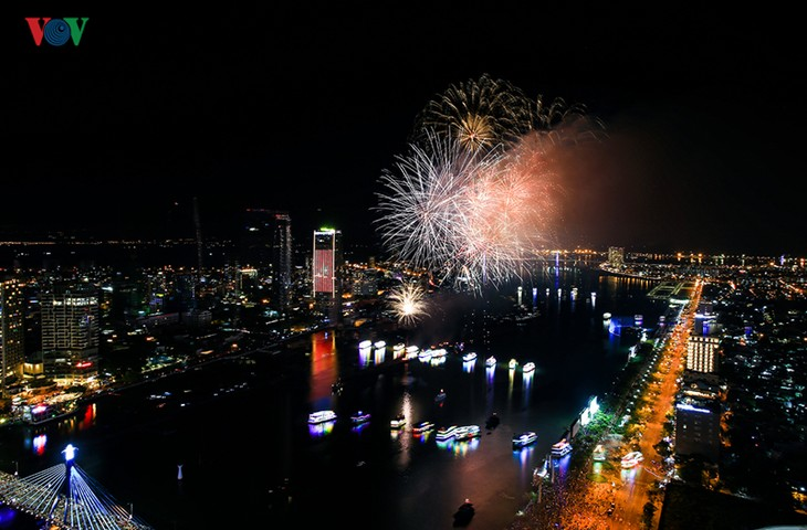 Visitors to Danang treated to spectacular fireworks displays - ảnh 4