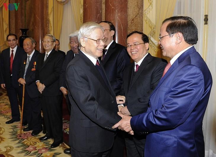 Party leader and President hosts Tet get-together  - ảnh 2