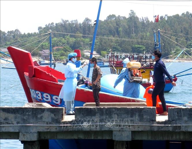Four fishermen sunk by Chinese coast guard ship get ashore safely  - ảnh 1